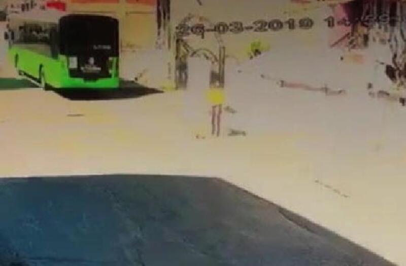 Yola fırlayan yavru köpeği, belediye otobüsü ezdi