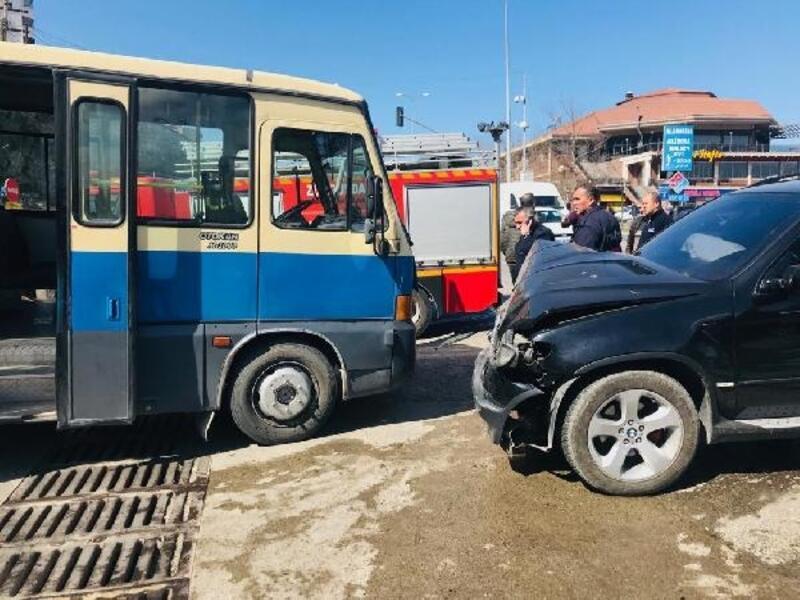 Yolcu minibüsü otomobille çarpıştı: 2 yaralı