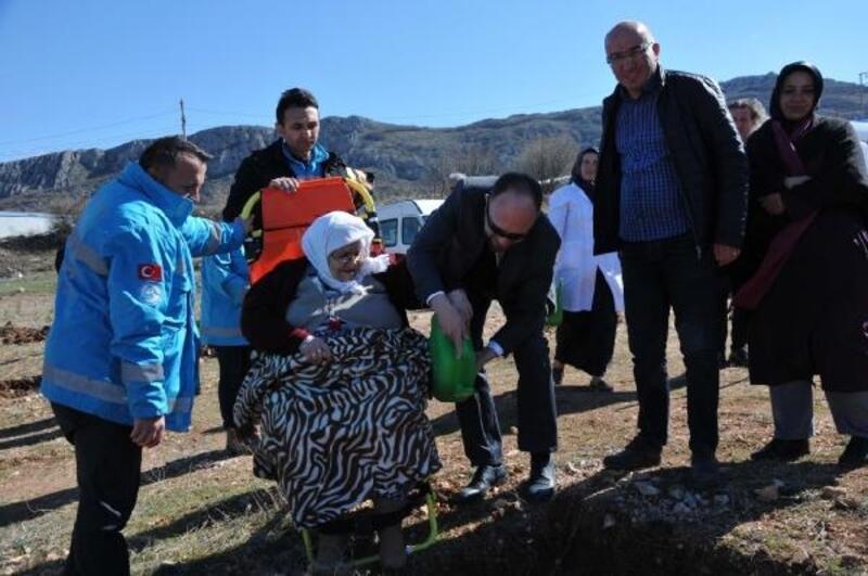 Sağlık personeli ve hastalar, 80 fidanı toprakla buluşturdu