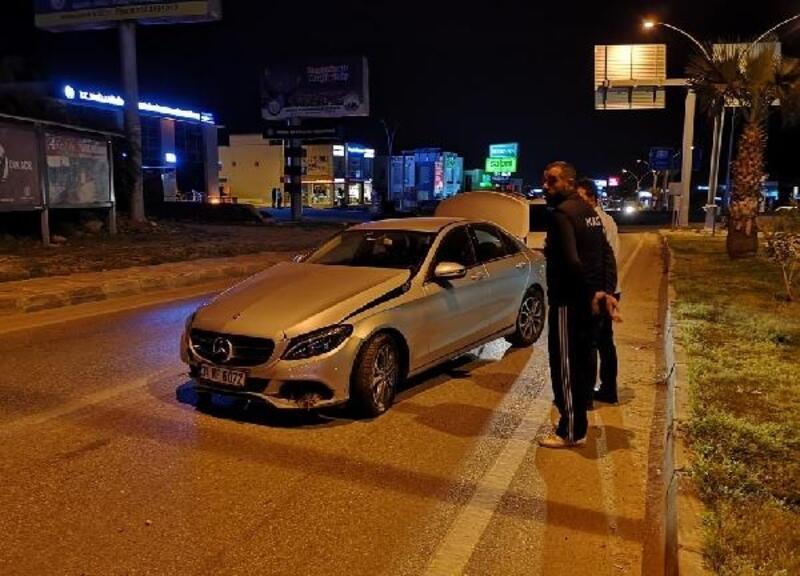 Kaza sonrası lüks otomobilini yol ortasında terk etti
