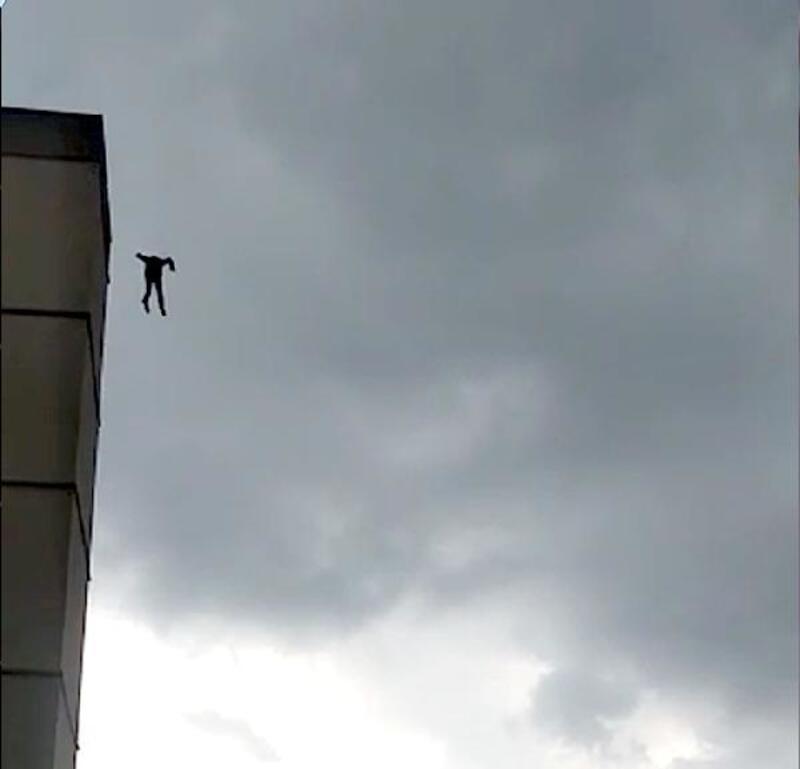 Hastane çatısından atlayarak, intihar etti