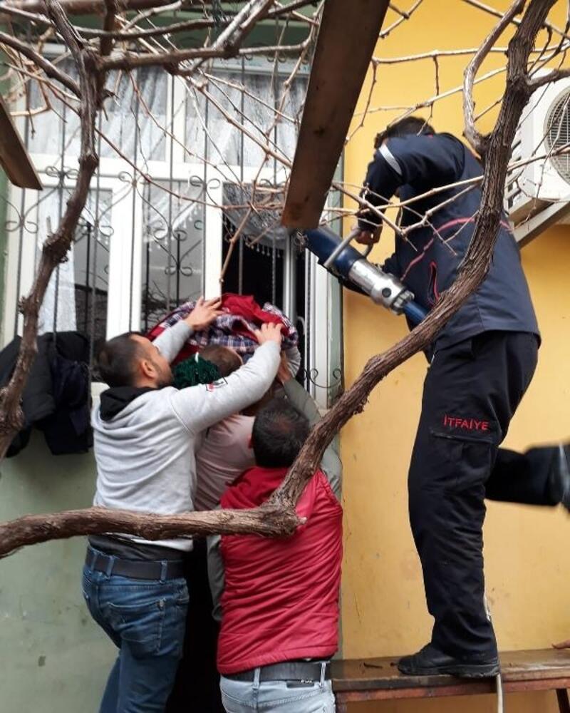 Pencerenin demir korkuluğuna sıkışan çocuğu itfaiye kurtardı