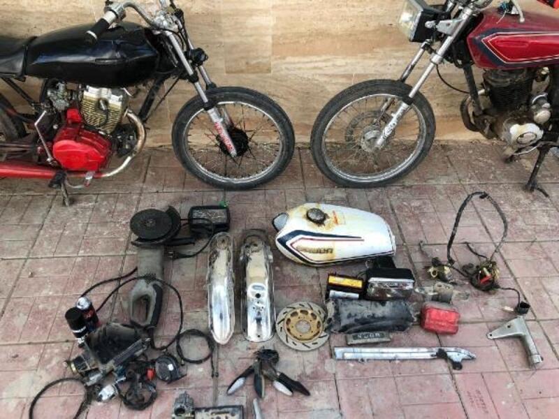 Çaldıkları motosikleti 3 dakikada parçalayan 6 şüpheli yakalandı