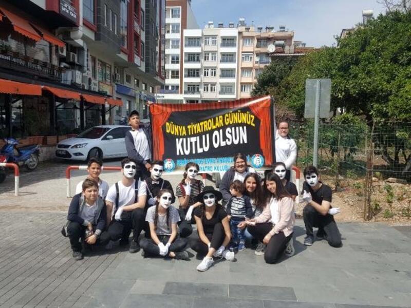 Öğrencilerden Tiyatrolar Günü etkinliği