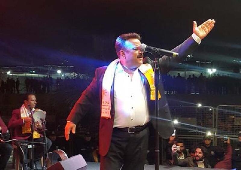 Birecik'te sahne alan Bülent Serttaş direğe tırmanarak türkü söyledi