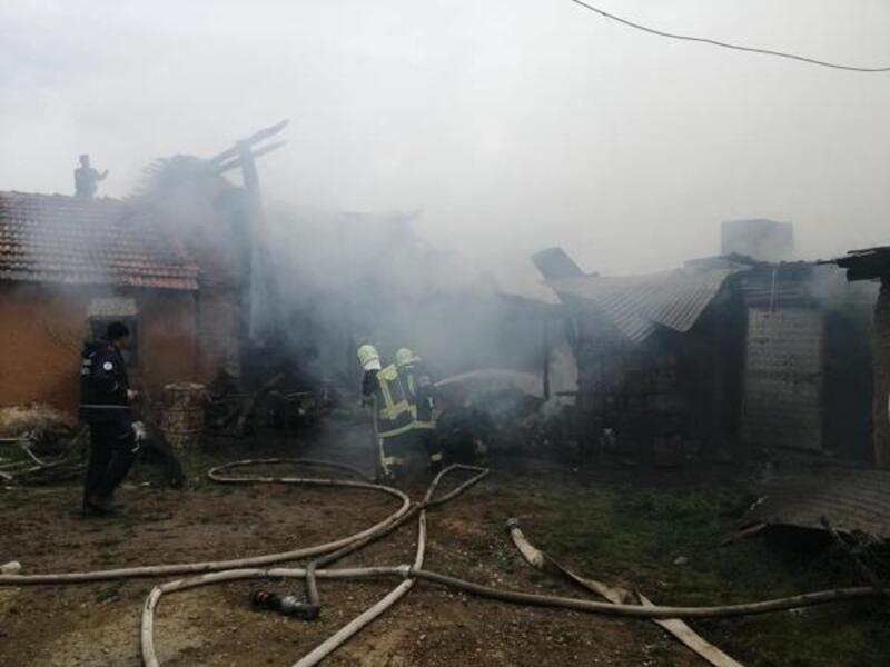 Denizli'de 3'ü metruk 4 ev yandı