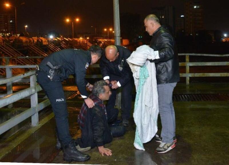 Nehre düşen kişi, merdivenle kurtarıldı