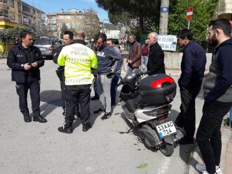 Otomobile çarpan motosiklet kuryesi yaralandı