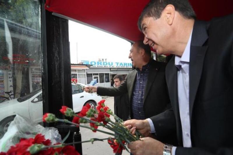 Çavuşoğlu ve Türel, seçim otobüsünden vatandaşları selamladı