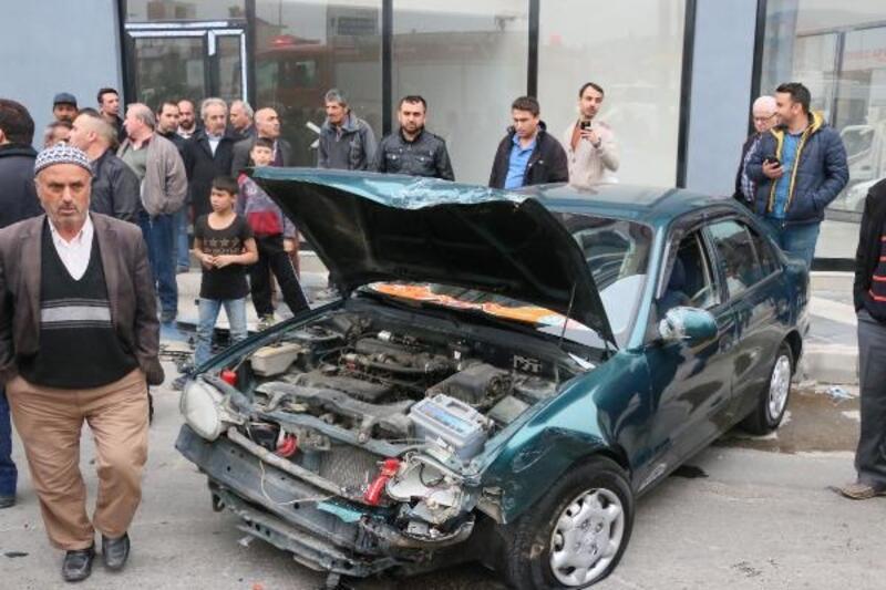 Manisa'da iki otomobil çarpıştı, sürücüler yaralanmadı