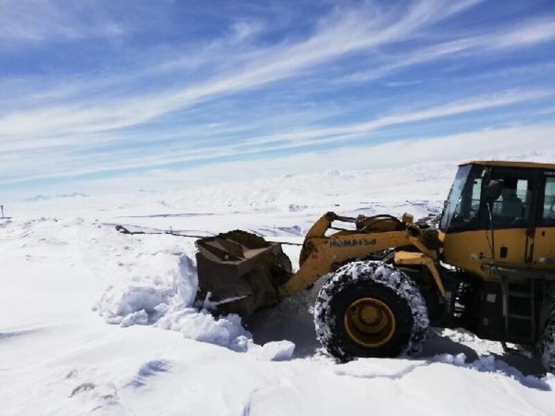Van'da mart sonunda karla mücadele sürüyor