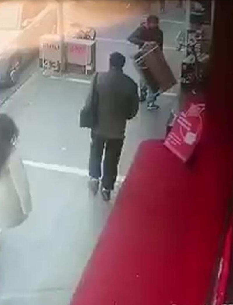 Trabzon'da mağazanın önünden televizyon hırsızlığı kamerada