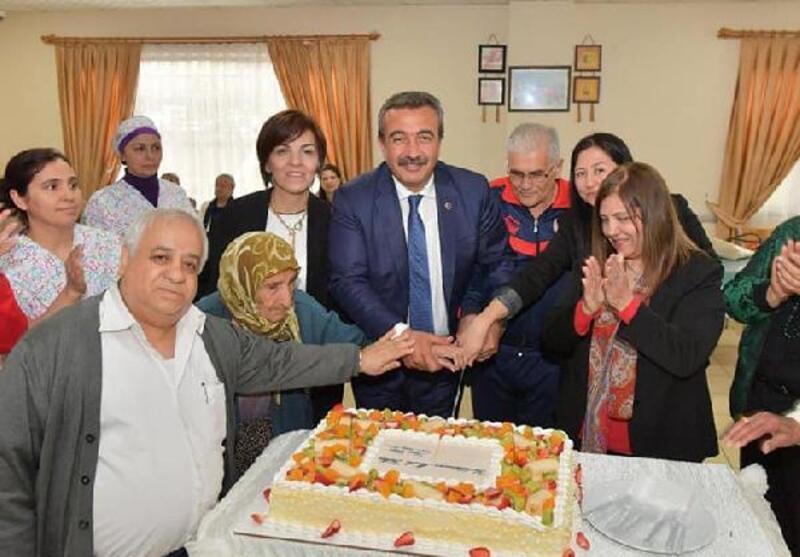 Başkan Çetin, huzurevinde doğum günü partisine katıldı