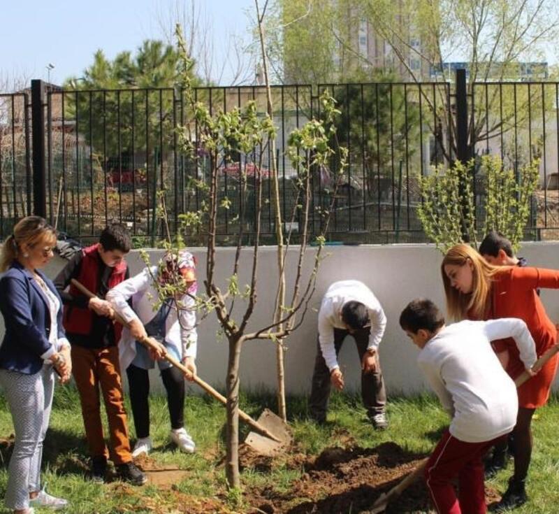 Engelli çocuklardan ağaç dikme etkinliği