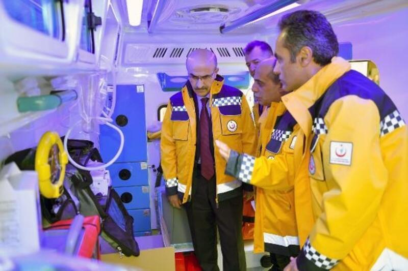 Vali Demirtaş Adana'ya tahsis edilen yeni ambulansları inceledi