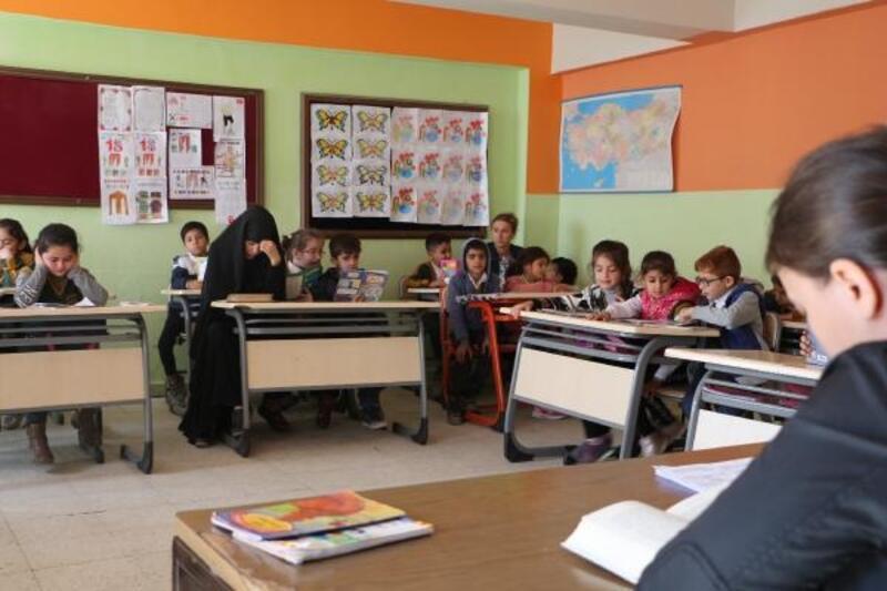 Silopi'de veliler, çocuklarıyla sınıfta kitap okuyor
