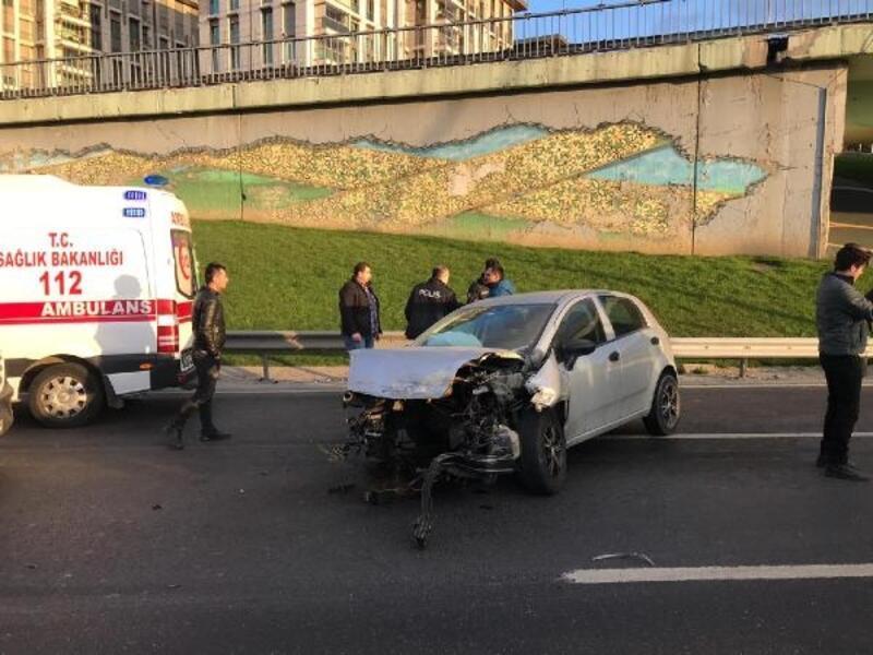 Cevizlibağ'daki kazada otomobilin motoru yerinden fırladı