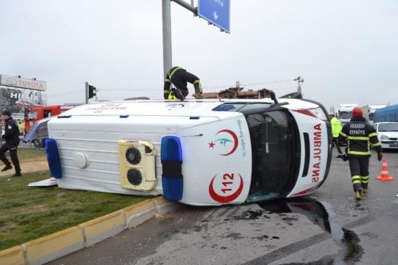 Ambulansla, otomobil çarpıştı: 5 yaralı