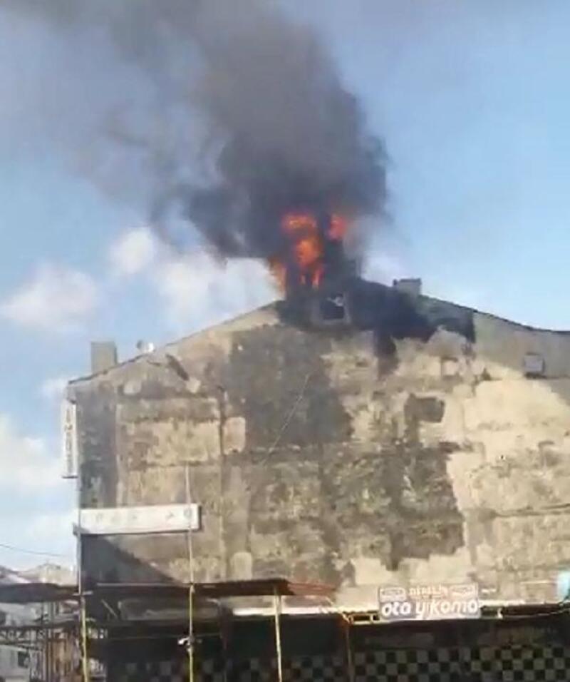Sultangazi'de çatıdaki baz istasyonu alev alev yandı