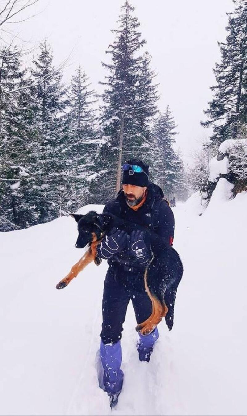 Donmak üzereyken bulduğu köpeği kilometrelerce kucağında taşıdı