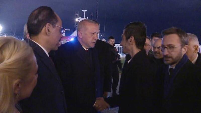 Erdoğan Pendik'te broşür dağıtırken hakarete uğrayan genç ile buluştu