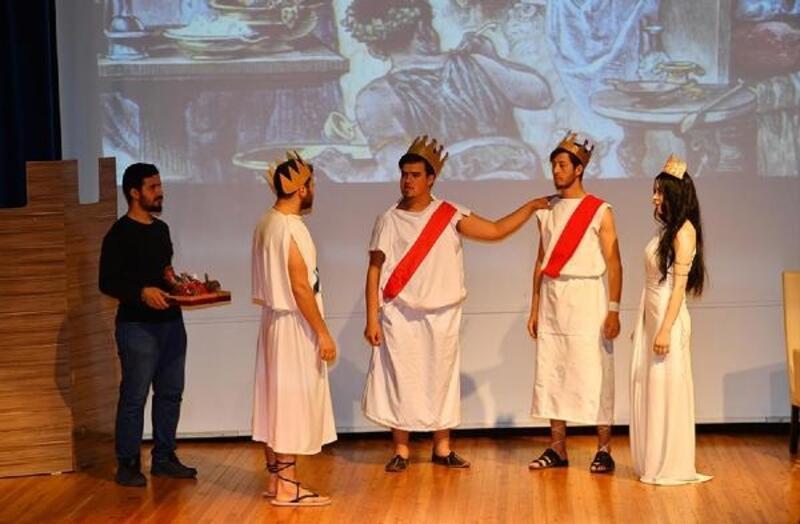 Üniversiteli gençlerden 'Üç Güzeller' adlı tiyatro oyunu