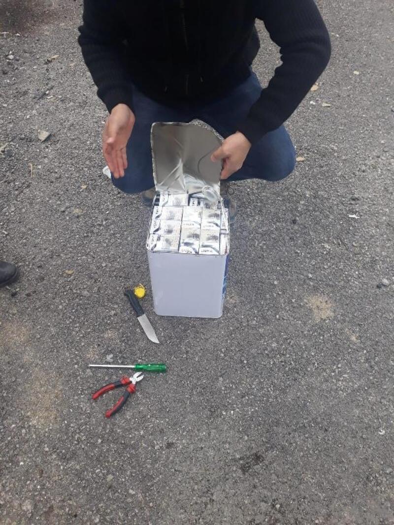 Kamyonetteki madeni yağ tenekelerinden kaçak sigara çıktı