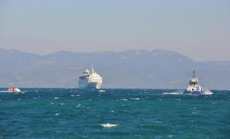 Kruvaziyer gemisi şiddetli rüzgarda limana güçlükle yanaştı