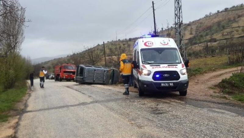 Direğe çarpıp devrilen araçtaki 4 kişi yaralandı
