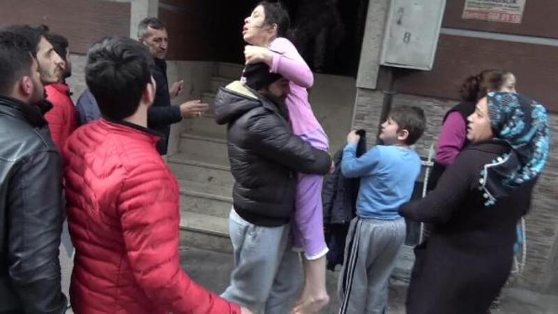 Sultangazi'de yangın paniği: Mahsur kalanları mahalle sakinleri kurtardı