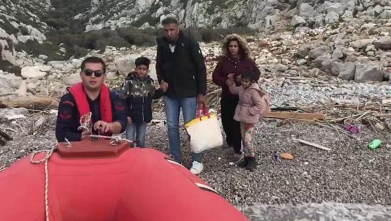 Kıyıda mahsur kalan 4 göçmen kurtarıldı