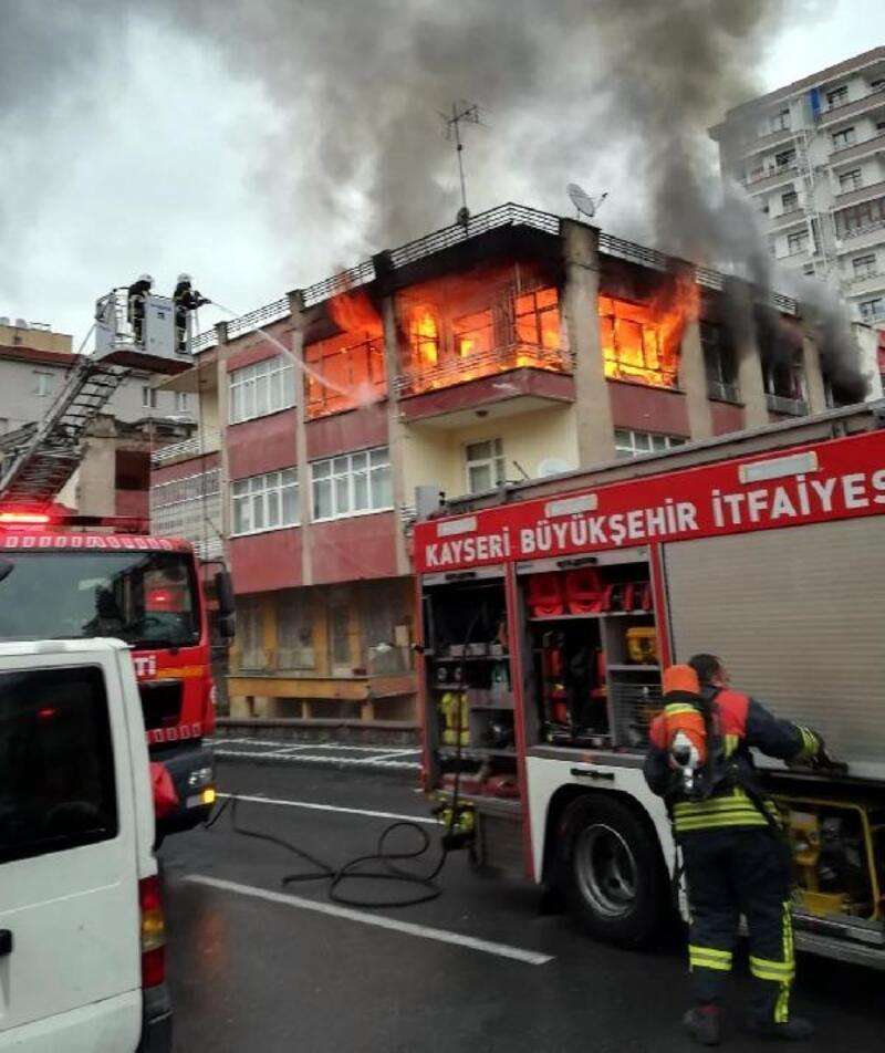 Kayseri'de 3 katlı binada yangın