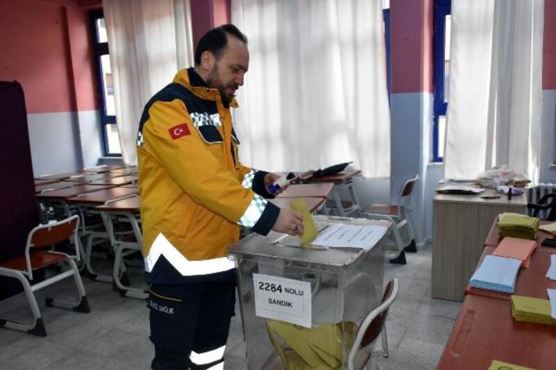 Sivas'ta oy verme işlemi 'kar' sürpriziyle başladı