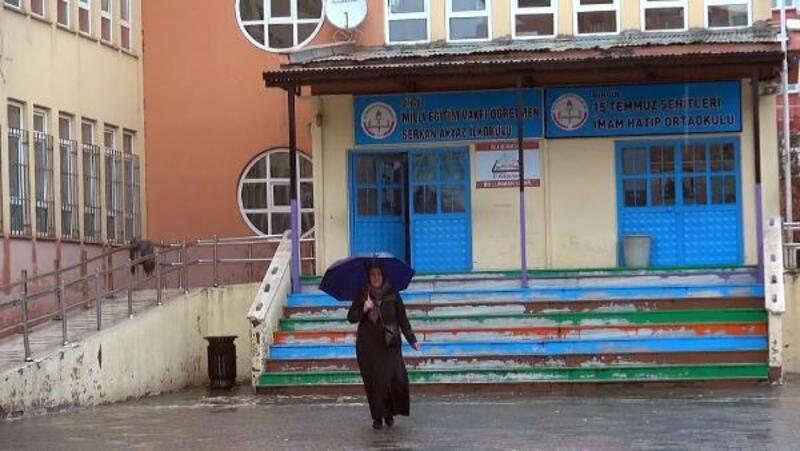 Bingöl'de seçmen yağmur altında sandığa gitti