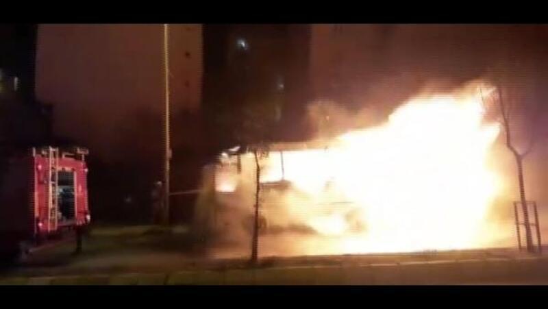 Arnavutköy'de midibüs alev alev yandı