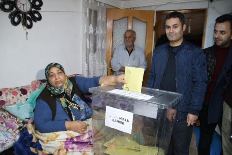 Düzce'de hastalar oylarını evde kullandı