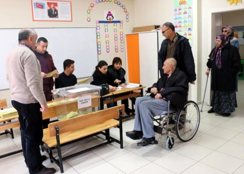 Manisa'da seçmen 3 bin 668 sandıkta oy kullanıyor