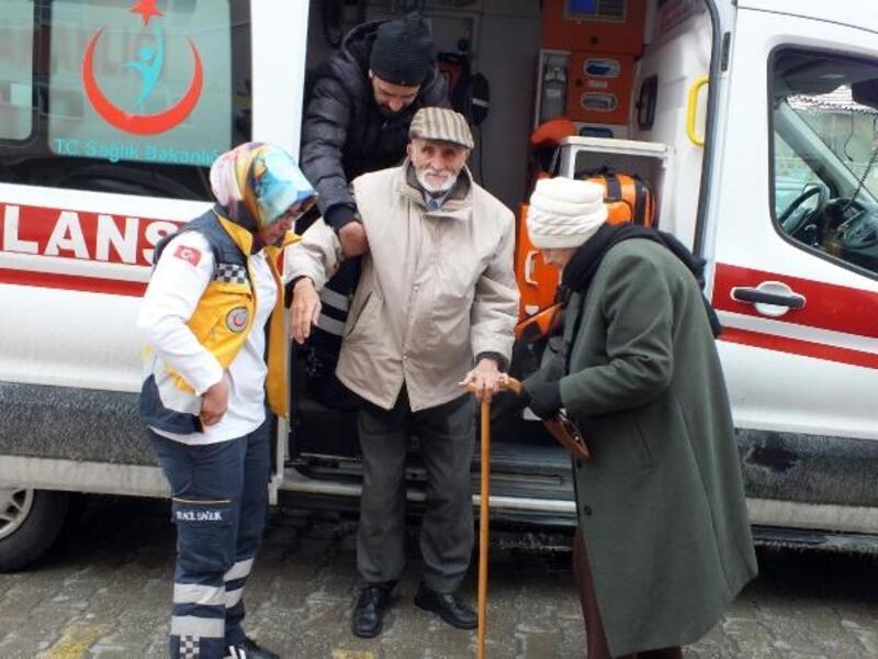 Ambulansla getirildiği okulda oy kullandı