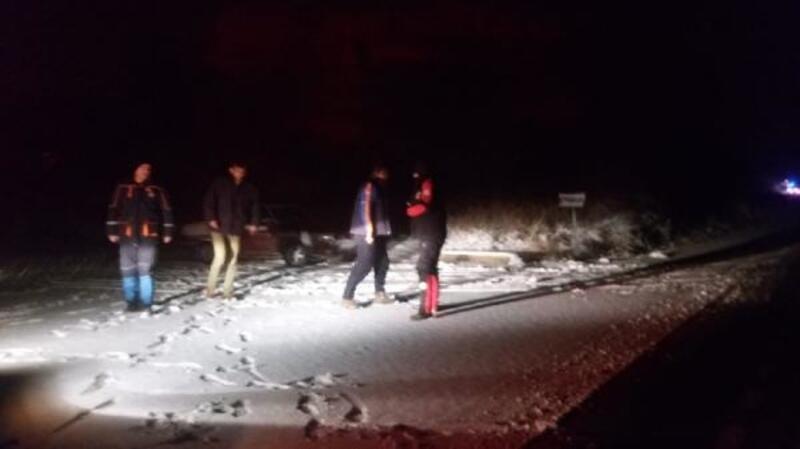 Otomobiliyle karda mahsur kalan kişi kurtarıldı