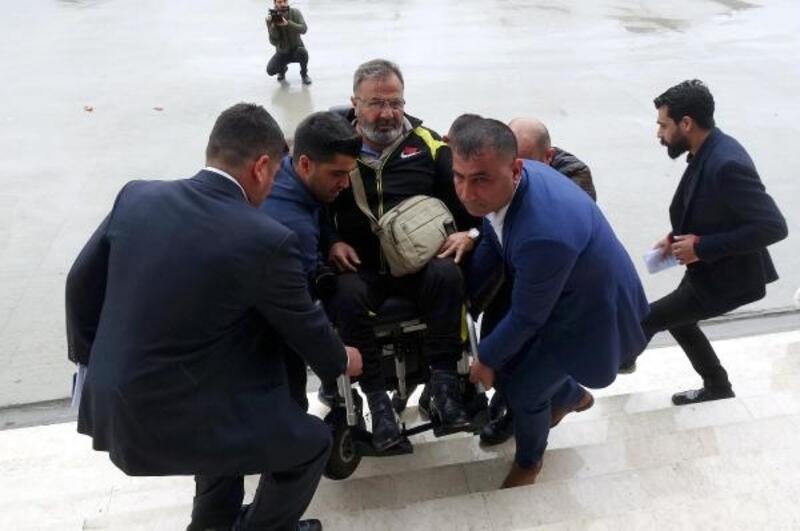 Oy kullanmaya tekerlekli sandalyeyle geldi