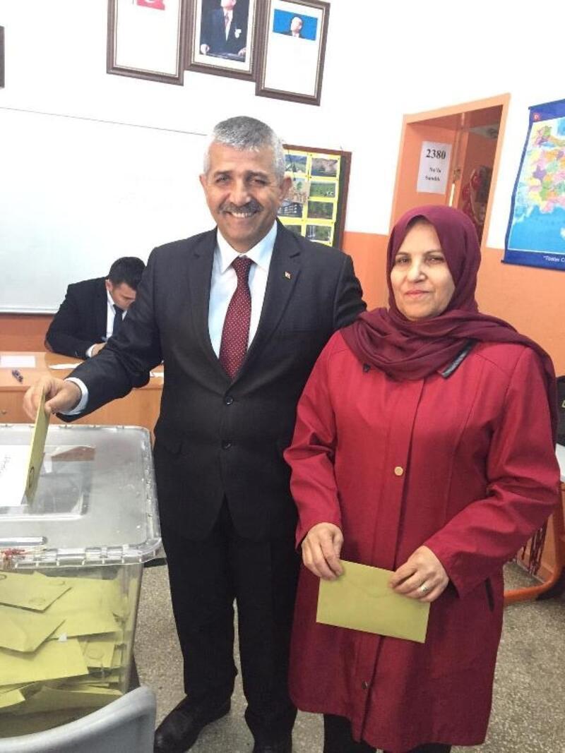 MHP İzmir İl Başkanı Veysel Şahin oyunu kullandı
