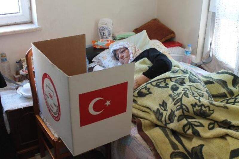 Bursa'da seçim sandığı hasta ve engellilerin evine gitti