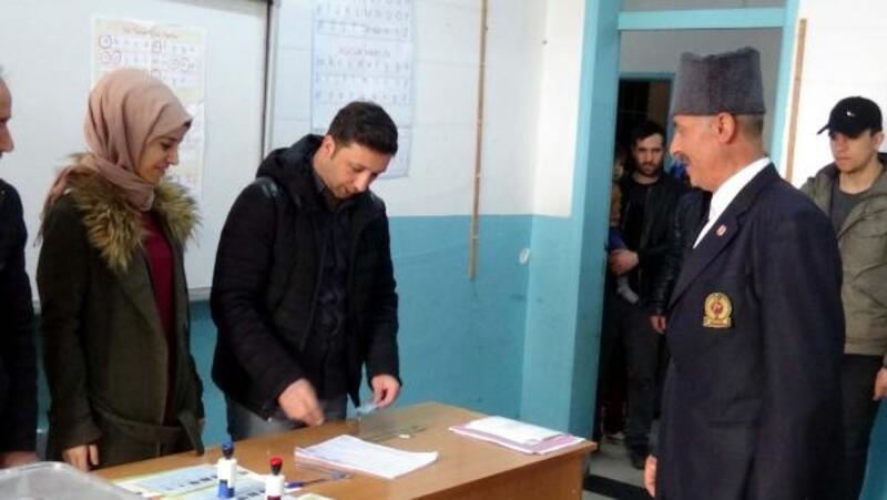 Kıbrıs gazisi üniformasını giyip oy kullandı