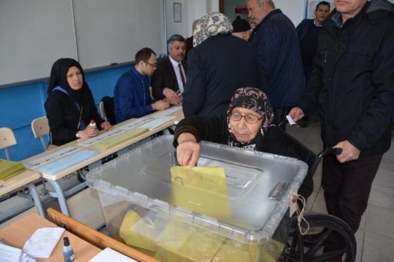 Balıkesir'de 90 yaşındaki kadın, oyunu ekiplerin yardımıyla kullandı