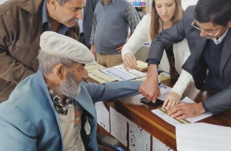 95'lik Ramazan dede de oy kullandı
