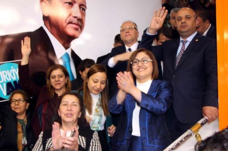 Gaziantep'te AK Parti'liler davullu zurnalı kutlama yaptı