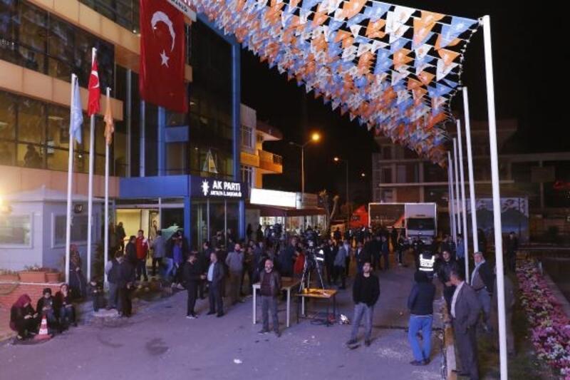 Sonuca ağlayan seçmeni, AK Parti'li başkan adayı teselli etti