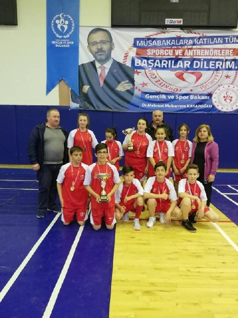 Köy takımı, badmintonda kızlarda ve erkeklerde il şampiyonu oldu