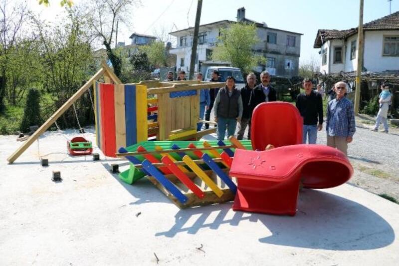 Eski muhtarın yıktığı çocuk parkı, şarkıcı Cenk Eren'in desteğiyle yapılacak