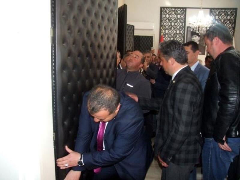 CHP'li Başkan, makam odasının kapısını söktürdü